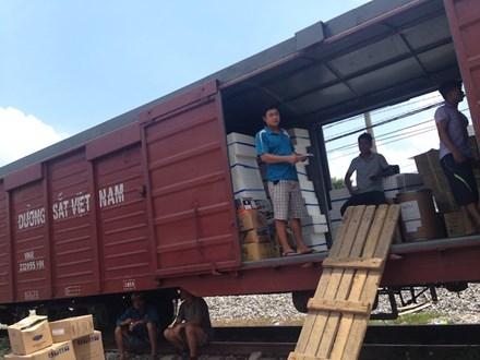 Đường sắt vận chuyển miễn phí hàng hóa cứu trợ cho người dân miền Trung - Ảnh 1.