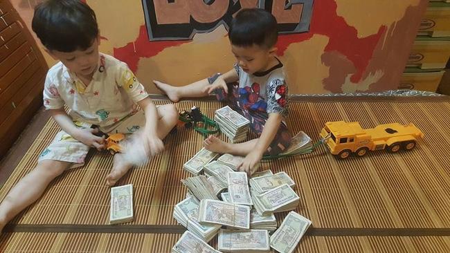 Hai cậu bé đập ống heo để gửi cho chú Phan Anh là hình ảnh đáng yêu nhất hôm nay! - Ảnh 1.
