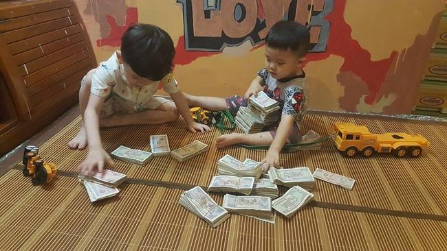 Hai cậu bé đập ống heo để gửi cho chú Phan Anh là hình ảnh đáng yêu nhất hôm nay! - Ảnh 2.