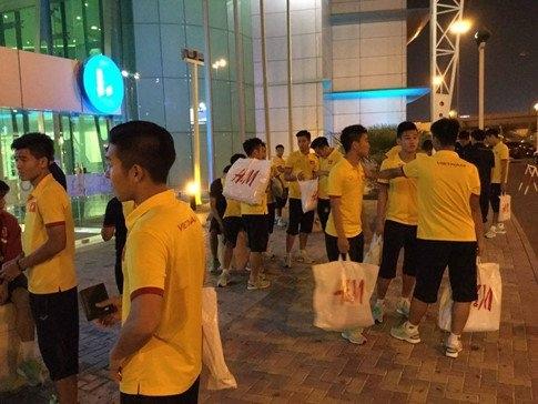 U19 Việt Nam, cầu thủ U19 Việt Nam đi shopping, HLV Hoàng Anh Tuấn, U19 Iraq, VCK U19 châu Á 2016