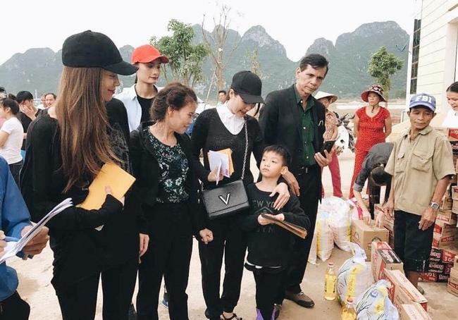 Không chỉ Phan Anh, Hà Hồ mà hàng loạt sao Việt cũng lên đường cứu trợ bà con miền Trung - Ảnh 1.