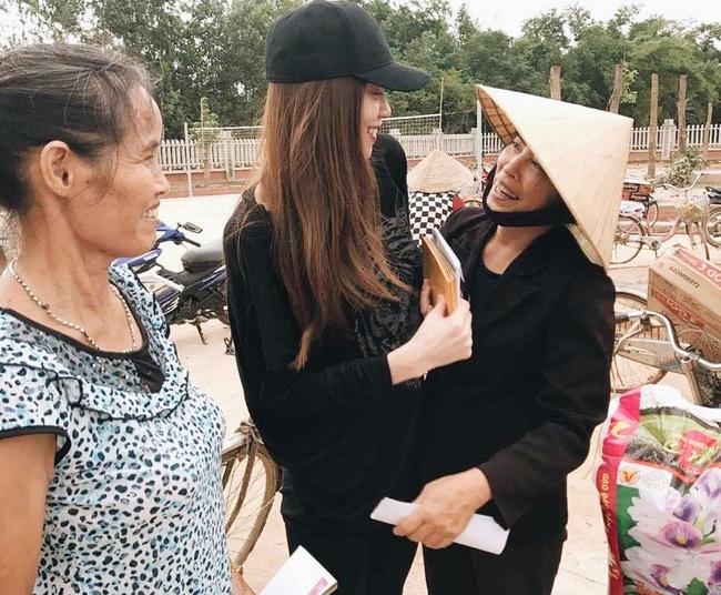 Không chỉ Phan Anh, Hà Hồ mà hàng loạt sao Việt cũng lên đường cứu trợ bà con miền Trung - Ảnh 2.