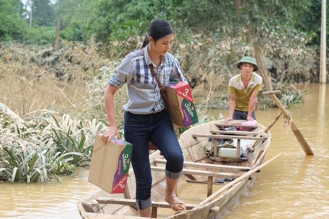 Không chỉ Phan Anh, Hà Hồ mà hàng loạt sao Việt cũng lên đường cứu trợ bà con miền Trung - Ảnh 3.