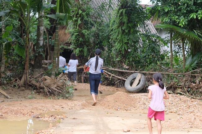 Không chỉ Phan Anh, Hà Hồ mà hàng loạt sao Việt cũng lên đường cứu trợ bà con miền Trung - Ảnh 4.