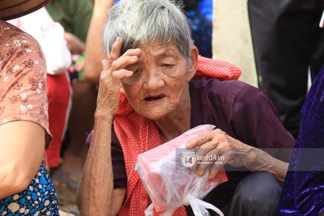 Ngày trao quà cứu trợ thứ 2: Mong lần sau đến đây, bà con có thể tặng quà ngược lại cho Phan Anh - Ảnh 8.