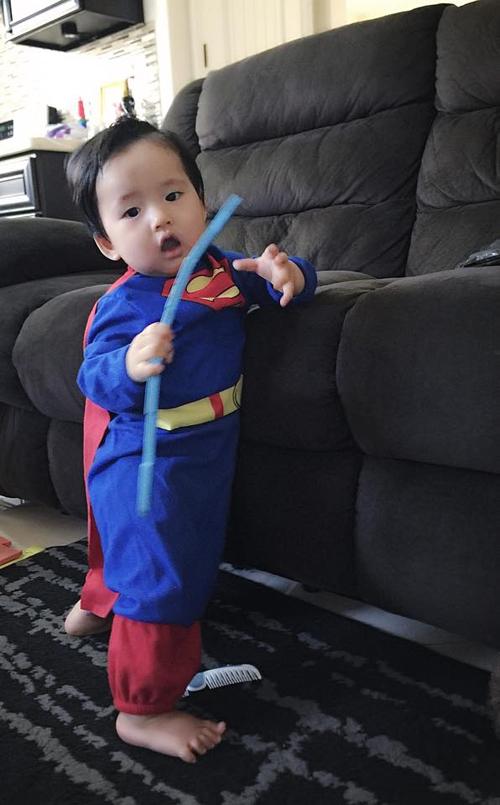 Trên trang cá nhân, Ngọc Quyên hạnh phúc khoe ảnh con trai mặc bộ đồ siêu nhân và lẫm chẫm đứng bám vào ghế. Đây là món quà mà một người bạn của cô mới tặng cho cậu nhóc Jiraiya.