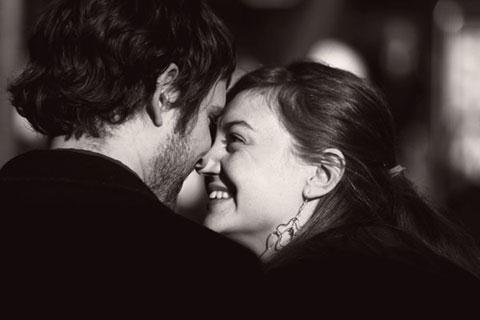 Một người đàn ông yêu vợ sẽ thích chia sẻ với vợ mọi thứ. Ảnh minh họa
