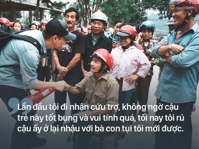 Người dân rốn lũ nói về Phan Anh: Cái chú MC trẻ trẻ phát quà xong còn động viên thôi bà ráng lên nữa - Ảnh 2.