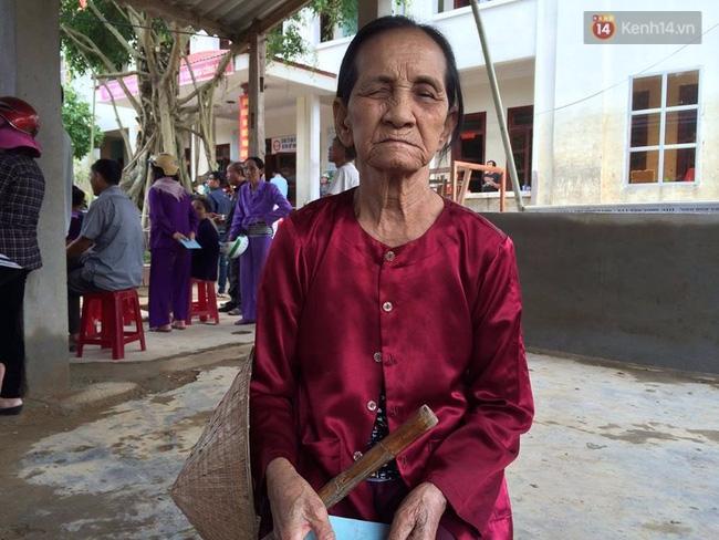 Người dân rốn lũ nói về Phan Anh: Cái chú MC trẻ trẻ phát quà xong còn động viên thôi bà ráng lên nữa - Ảnh 4.