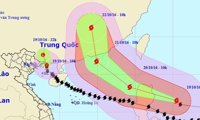 Cuối giờ sáng nay (19/10), bão số 7 (đường màu đen) đã suy yếu thành áp thấp nhiệt đới. Trong khi đó, siêu bão Haima di chuyển khá nhanh và mạnh, hướng vào Biển Đông (Ảnh: NCHMF).
