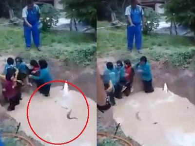 Clip ép nữ sinh nhảy xuống hố bùn đầy rắn gây phẫn nộ