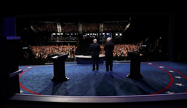 Đồng chủ tịch ủy ban bầu cử tổng thống Frank Fahrenkopf và Mike McCurry phát biểu khi chỉ còn ít phút nữa cuộc tranh luận thứ ba diễn ra. Ảnh: Reuters