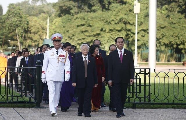 Lãnh đạo Đảng, Nhà nước và các đại biểu đi qua quảng trường Ba Đình, trở lại Quốc hội để bắt đầu buổi làm việc đầu tiên kỳ họp thứ 2. (Ảnh: Việt Hưng)