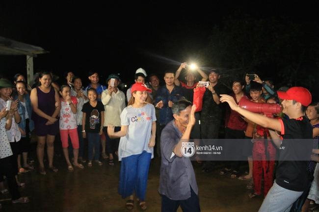 Clip: Cụ già 67 tuổi vùng rốn lũ vô tư nhảy múa cùng Khánh Thi, Phan Anh, Hoàng Bách trong đêm mưa - Ảnh 2.