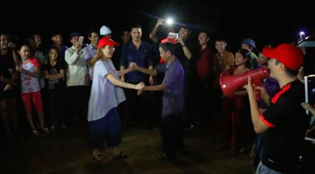 Clip: Cụ già 67 tuổi vùng rốn lũ vô tư nhảy múa cùng Khánh Thi, Phan Anh, Hoàng Bách trong đêm mưa - Ảnh 3.