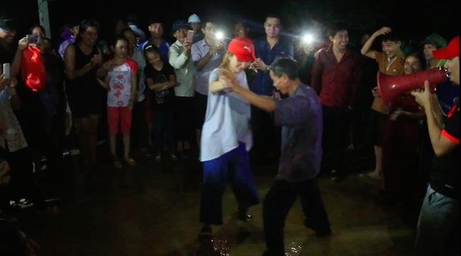 Clip: Cụ già 67 tuổi vùng rốn lũ vô tư nhảy múa cùng Khánh Thi, Phan Anh, Hoàng Bách trong đêm mưa - Ảnh 4.