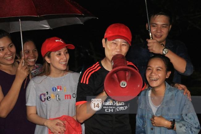 Clip: Cụ già 67 tuổi vùng rốn lũ vô tư nhảy múa cùng Khánh Thi, Phan Anh, Hoàng Bách trong đêm mưa - Ảnh 6.