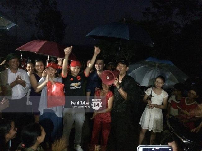 Clip: Cụ già 67 tuổi vùng rốn lũ vô tư nhảy múa cùng Khánh Thi, Phan Anh, Hoàng Bách trong đêm mưa - Ảnh 7.