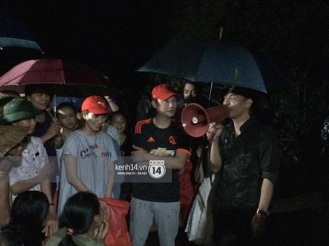 Clip: Cụ già 67 tuổi vùng rốn lũ vô tư nhảy múa cùng Khánh Thi, Phan Anh, Hoàng Bách trong đêm mưa - Ảnh 8.