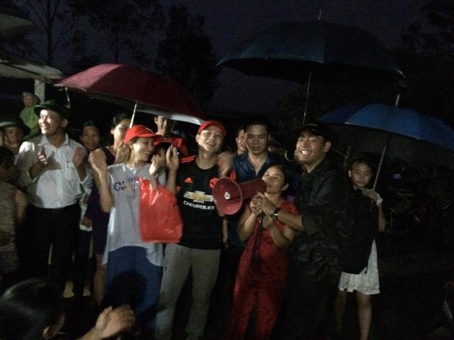 Clip: Cụ già 67 tuổi vùng rốn lũ vô tư nhảy múa cùng Khánh Thi, Phan Anh, Hoàng Bách trong đêm mưa - Ảnh 9.