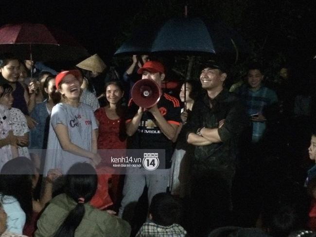 Clip: Cụ già 67 tuổi vùng rốn lũ vô tư nhảy múa cùng Khánh Thi, Phan Anh, Hoàng Bách trong đêm mưa - Ảnh 10.