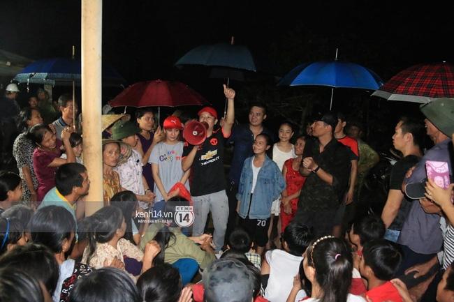 Clip: Cụ già 67 tuổi vùng rốn lũ vô tư nhảy múa cùng Khánh Thi, Phan Anh, Hoàng Bách trong đêm mưa - Ảnh 11.