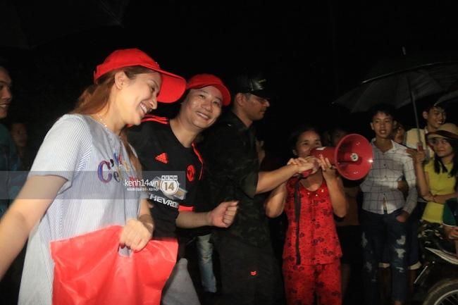Clip: Cụ già 67 tuổi vùng rốn lũ vô tư nhảy múa cùng Khánh Thi, Phan Anh, Hoàng Bách trong đêm mưa - Ảnh 12.