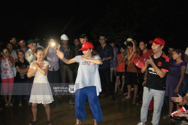 Clip: Cụ già 67 tuổi vùng rốn lũ vô tư nhảy múa cùng Khánh Thi, Phan Anh, Hoàng Bách trong đêm mưa - Ảnh 13.
