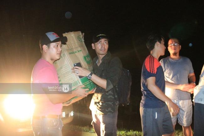 Clip: Cụ già 67 tuổi vùng rốn lũ vô tư nhảy múa cùng Khánh Thi, Phan Anh, Hoàng Bách trong đêm mưa - Ảnh 14.