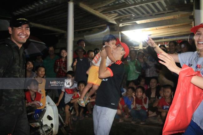 Clip: Cụ già 67 tuổi vùng rốn lũ vô tư nhảy múa cùng Khánh Thi, Phan Anh, Hoàng Bách trong đêm mưa - Ảnh 15.
