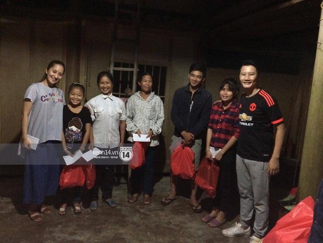 Clip: Cụ già 67 tuổi vùng rốn lũ vô tư nhảy múa cùng Khánh Thi, Phan Anh, Hoàng Bách trong đêm mưa - Ảnh 17.