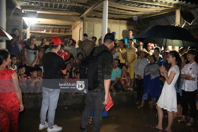 Clip: Cụ già 67 tuổi vùng rốn lũ vô tư nhảy múa cùng Khánh Thi, Phan Anh, Hoàng Bách trong đêm mưa - Ảnh 18.