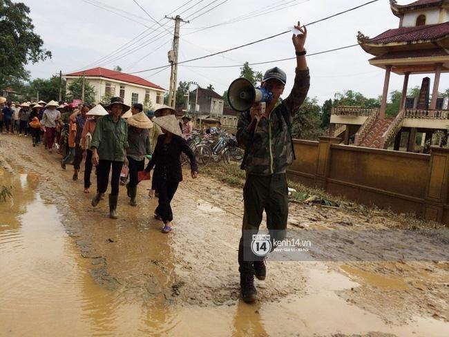 Đâu chỉ cứu trợ, nhân ngày 20/10 Phan Anh còn bỏ tiền túi ra mua hoa và quà tặng chị em vùng rốn lũ - Ảnh 2.