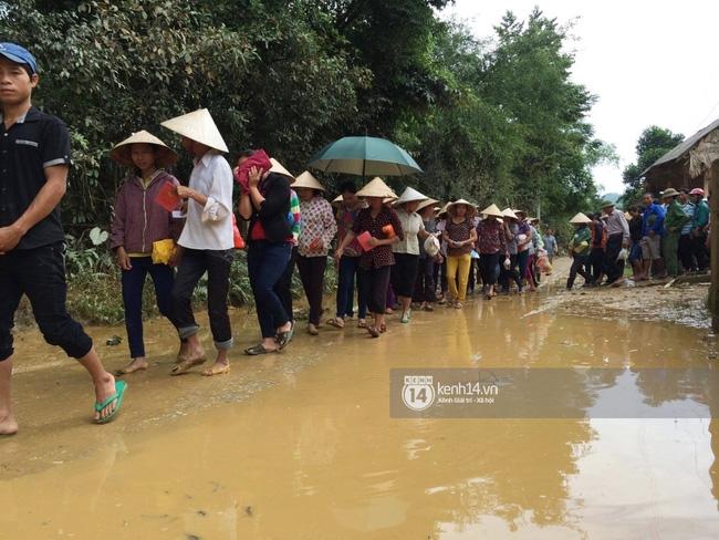 Đâu chỉ cứu trợ, nhân ngày 20/10 Phan Anh còn bỏ tiền túi ra mua hoa và quà tặng chị em vùng rốn lũ - Ảnh 3.