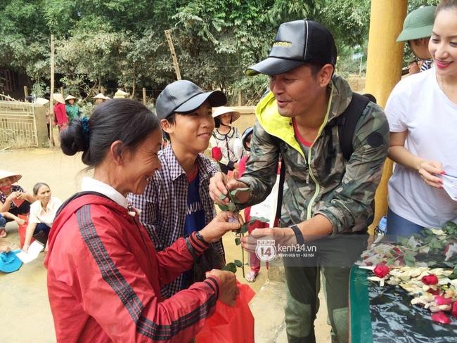 Đâu chỉ cứu trợ, nhân ngày 20/10 Phan Anh còn bỏ tiền túi ra mua hoa và quà tặng chị em vùng rốn lũ - Ảnh 6.