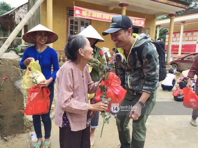 Đâu chỉ cứu trợ, nhân ngày 20/10 Phan Anh còn bỏ tiền túi ra mua hoa và quà tặng chị em vùng rốn lũ - Ảnh 7.
