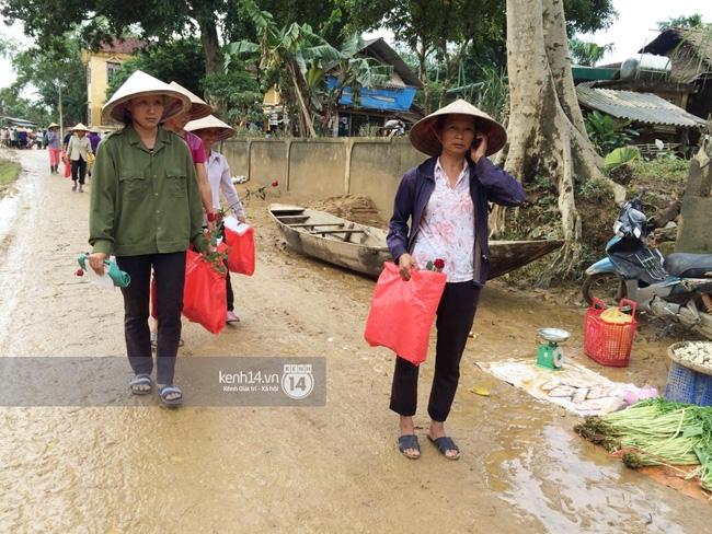 Đâu chỉ cứu trợ, nhân ngày 20/10 Phan Anh còn bỏ tiền túi ra mua hoa và quà tặng chị em vùng rốn lũ - Ảnh 8.