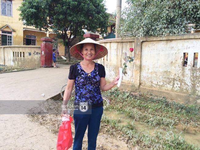 Đâu chỉ cứu trợ, nhân ngày 20/10 Phan Anh còn bỏ tiền túi ra mua hoa và quà tặng chị em vùng rốn lũ - Ảnh 9.
