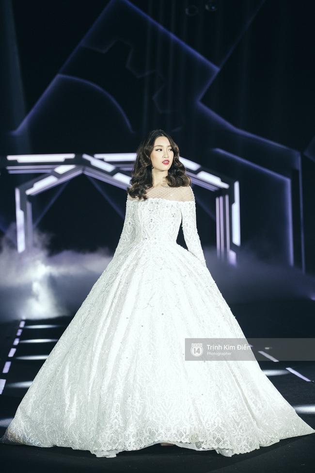 Hoa hậu Mỹ Linh làm vedette, trình diễn ấn tượng trong show của NTK Chung Thanh Phong - Ảnh 3.