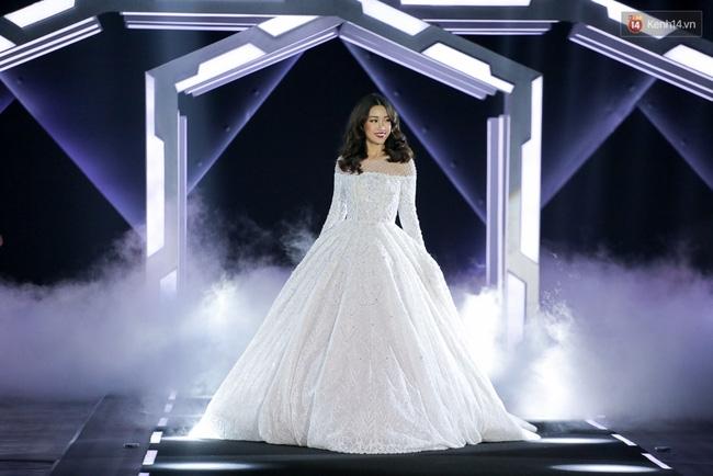 Hoa hậu Mỹ Linh làm vedette, trình diễn ấn tượng trong show của NTK Chung Thanh Phong - Ảnh 4.