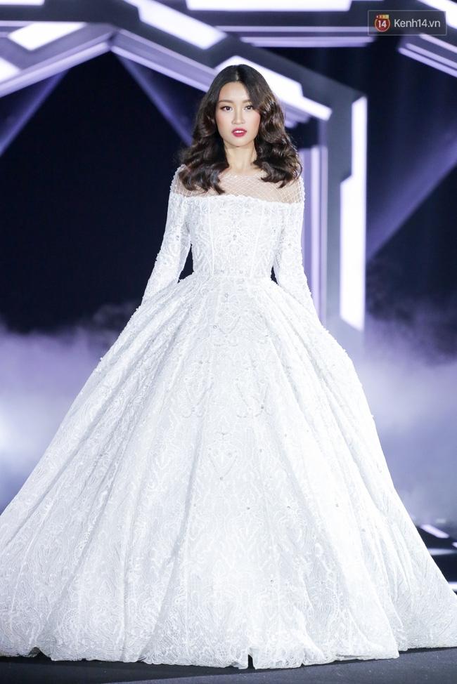Hoa hậu Mỹ Linh làm vedette, trình diễn ấn tượng trong show của NTK Chung Thanh Phong - Ảnh 5.