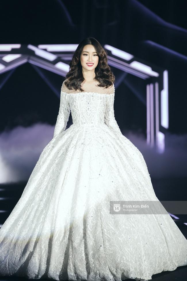 Hoa hậu Mỹ Linh làm vedette, trình diễn ấn tượng trong show của NTK Chung Thanh Phong - Ảnh 6.