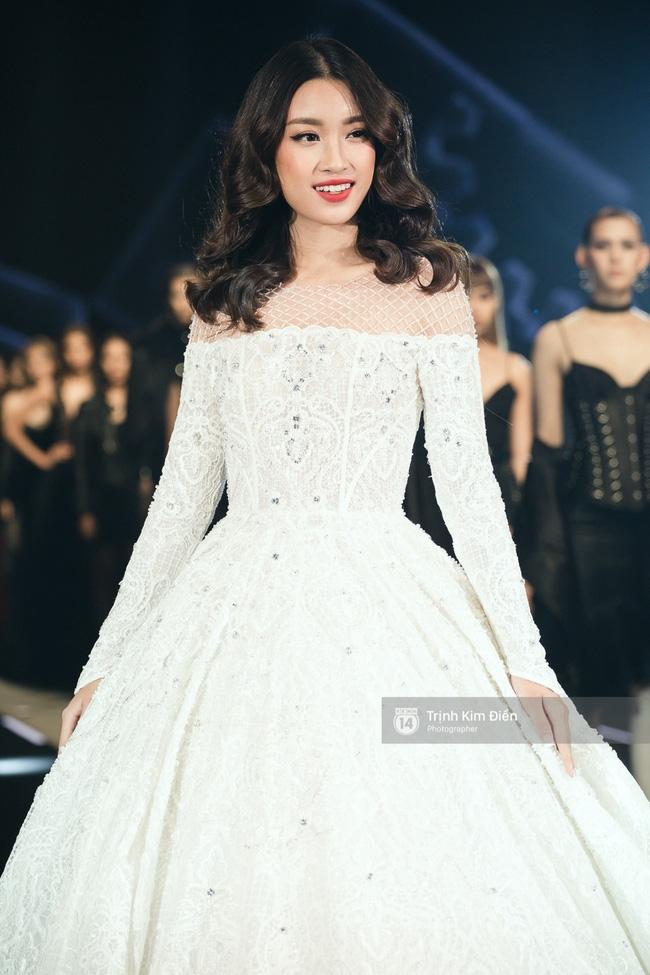 Hoa hậu Mỹ Linh làm vedette, trình diễn ấn tượng trong show của NTK Chung Thanh Phong - Ảnh 7.