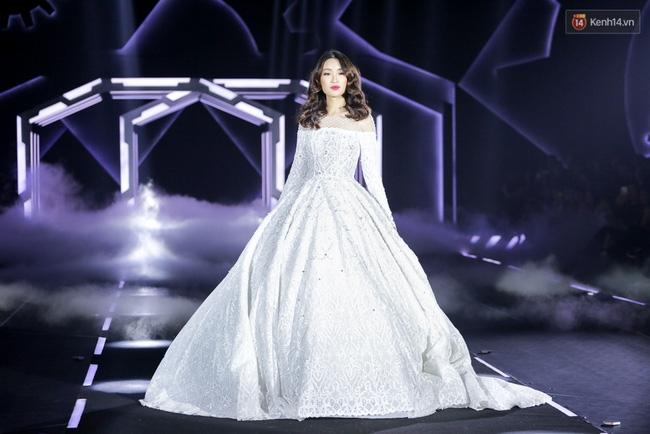 Hoa hậu Mỹ Linh làm vedette, trình diễn ấn tượng trong show của NTK Chung Thanh Phong - Ảnh 8.