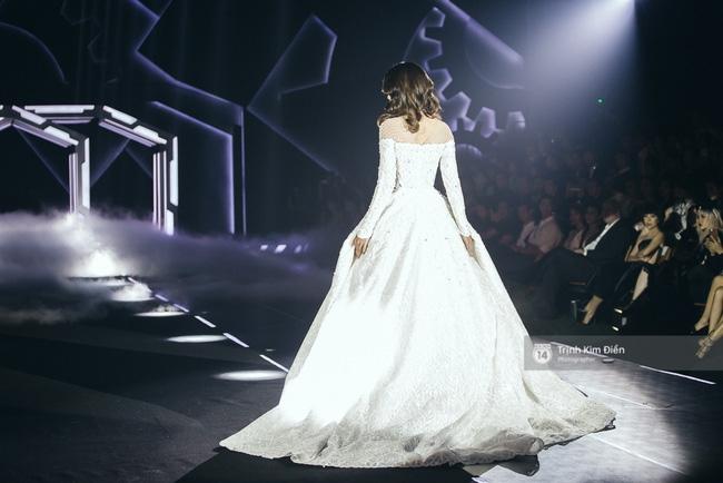 Hoa hậu Mỹ Linh làm vedette, trình diễn ấn tượng trong show của NTK Chung Thanh Phong - Ảnh 9.