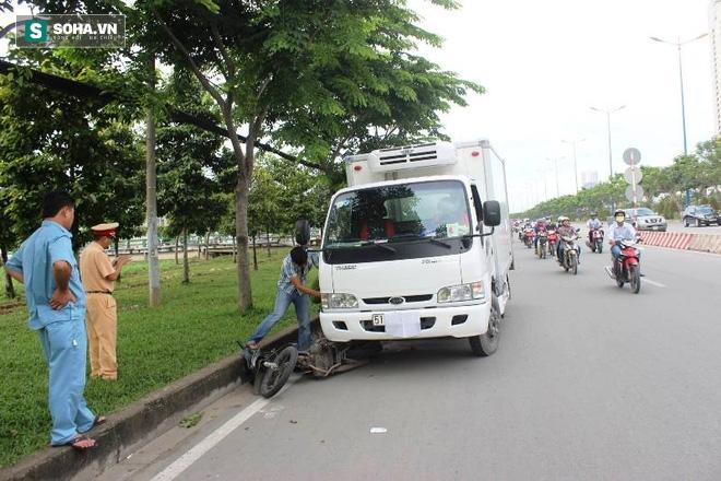Người bị kéo lê, người đập vào kính xe ô tô trên xa lộ Hà Nội - Ảnh 1.
