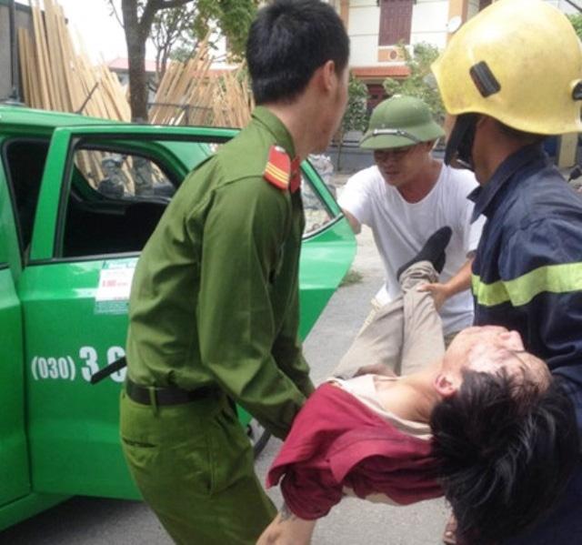 Người dân cùng lực lượng cứu hộ phải phá cửa xông vào đám cháy cứu nạn nhân ra ngoài đưa đi cấp cứu.