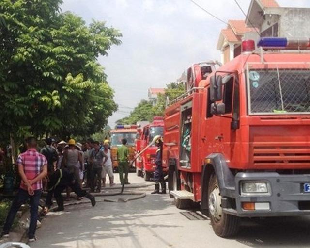 Lực lượng Cảnh sát PCCC Ninh Bình nhanh chóng có mặt tại hiện trường dập tắt đám cháy.