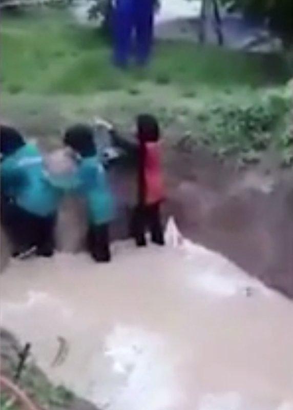 Nhóm nữ sinh kêu hét thảm thiết khi bị ép nhảy vào hố rắn để nâng cao sự tự tin - Ảnh 2.