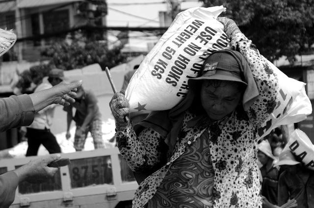 Bà Nhiễu (60 tuổi, ngụ quận 8) đã bốc vác hơn 30 năm nay. Bà tâm sự: Hồi bé gia đình tôi đông anh em, lại khó khăn nên phải nghỉ học sớm để đi bốc vác phụ ba mẹ nuôi các em. Lâu dần, gắn bó với nghề này tới nay.
